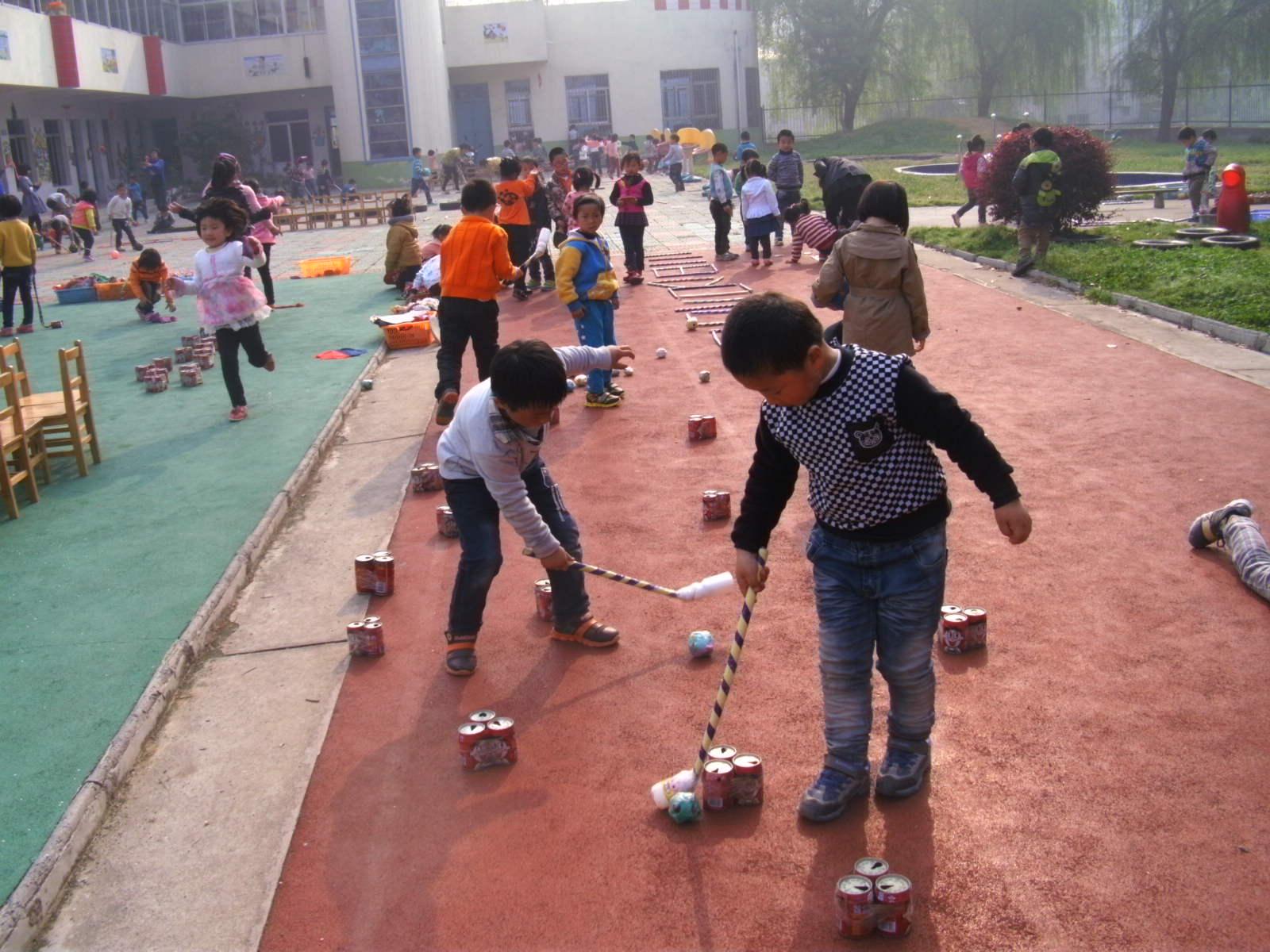为了进一步丰富幼儿晨间活动内容,提高孩子的锻炼兴趣,增强体质,近日,边城镇东昌幼儿园开展了晨间锻炼活动评比。活动中,教师分工明确,以孩子的兴趣为起点,认真组织幼儿开展晨间锻炼,在明媚的阳光下,孩子们展开了愉快的活动,运用各种器械进行身体锻炼:有的赶小猪,有的打高尔夫,有的套圈,还有的投手榴弹、玩布袋、流星球玩不亦乐乎,充分地发展了走、跑、跳、钻爬、投掷等基本动作和技能,更好的促进了孩子快乐成长。(许青)