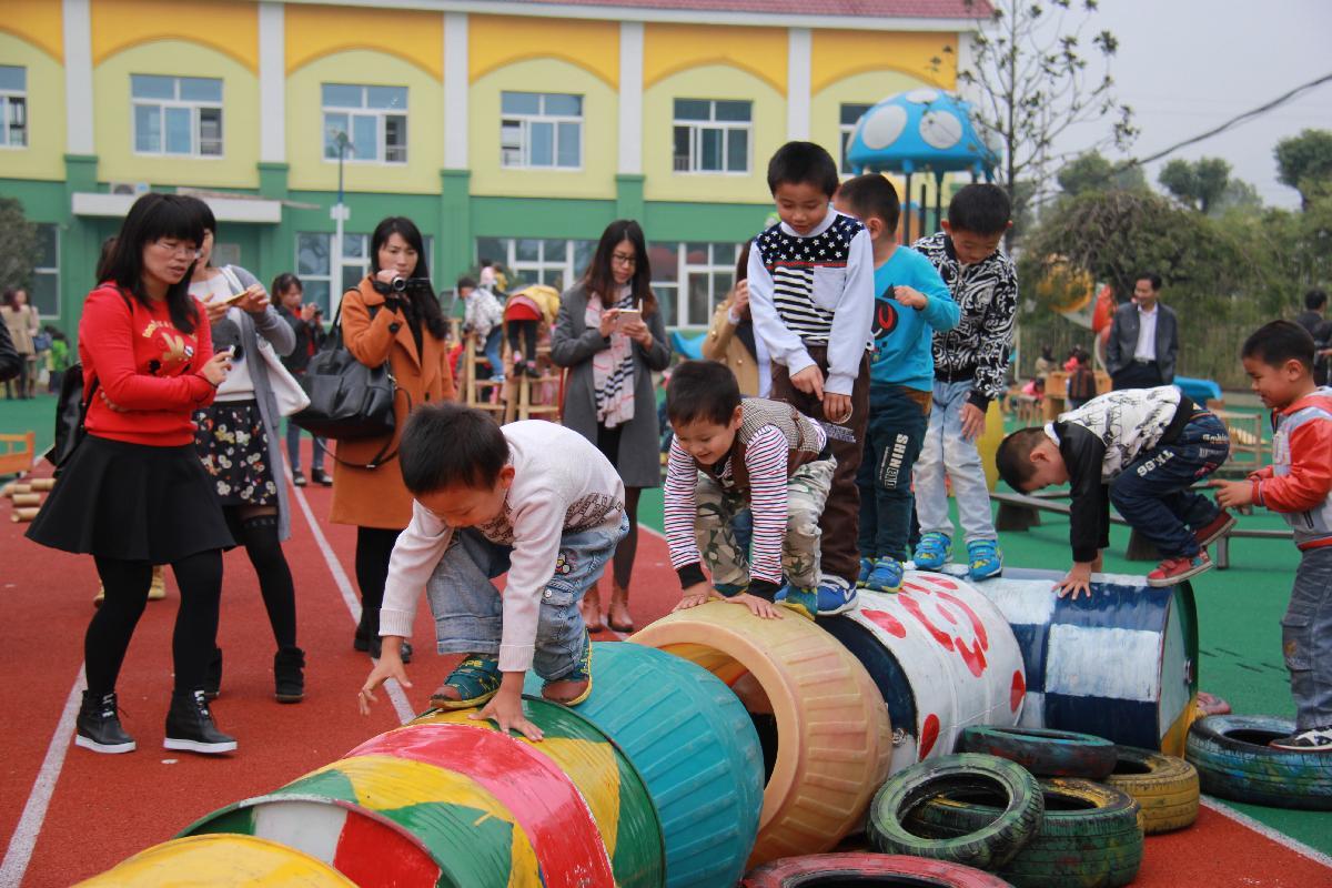10月29日,仪征市骨干教师培训班50名教师来到袁巷中心幼儿园参观